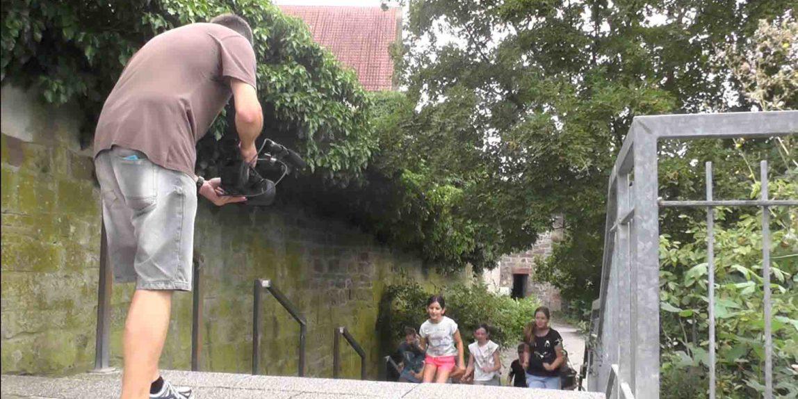 Kameramann filmt heranschleichende Kinderbande