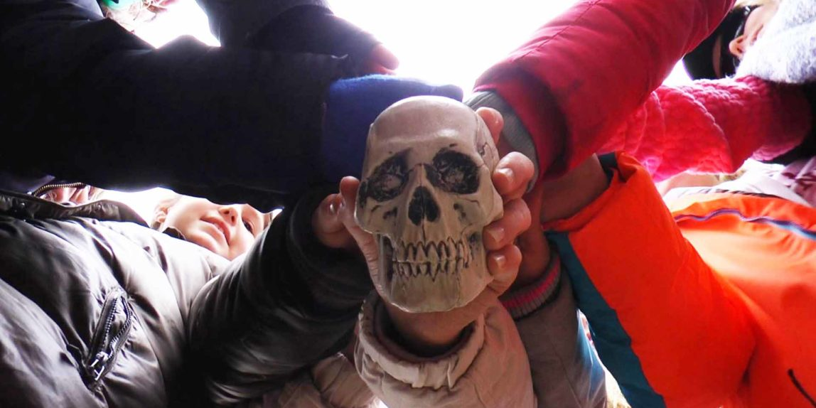 Detektivbande vollzieht Totenkopf-Ritual