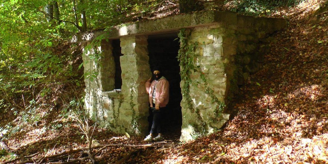Gangster schiebt Wache vor der Höhle